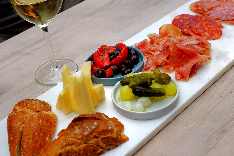 kaas en charcuterie plank voor bij een glas wijn of als lunch